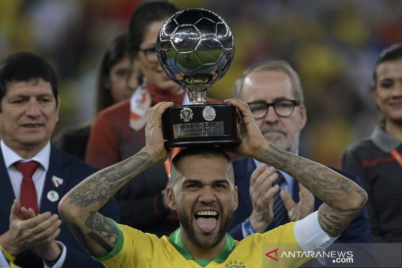 Dani Alves tolak kembali ke Barca dan Juve