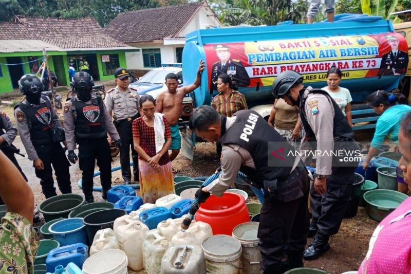Polres Lumajang bagikan air bersih di wilayah kekeringan