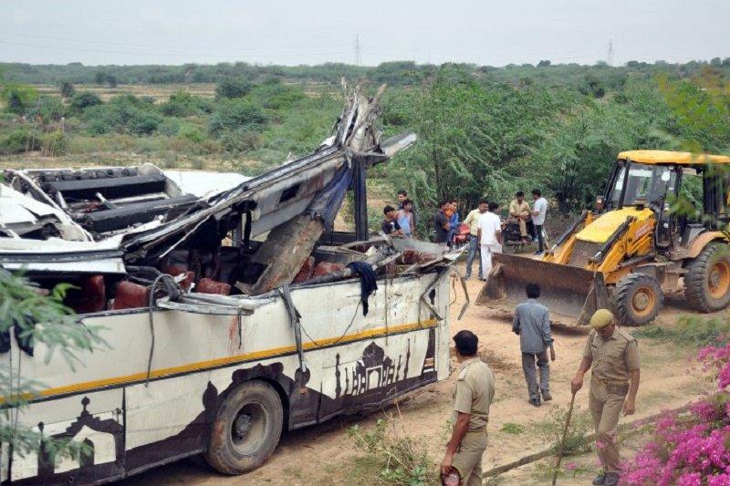 Bus terpental ke luar jalan tol di India tewaskan 28 orang, lukai 18