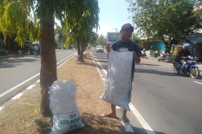 Puluhan karung disiapkan atasi sampah asrama haji Mataram