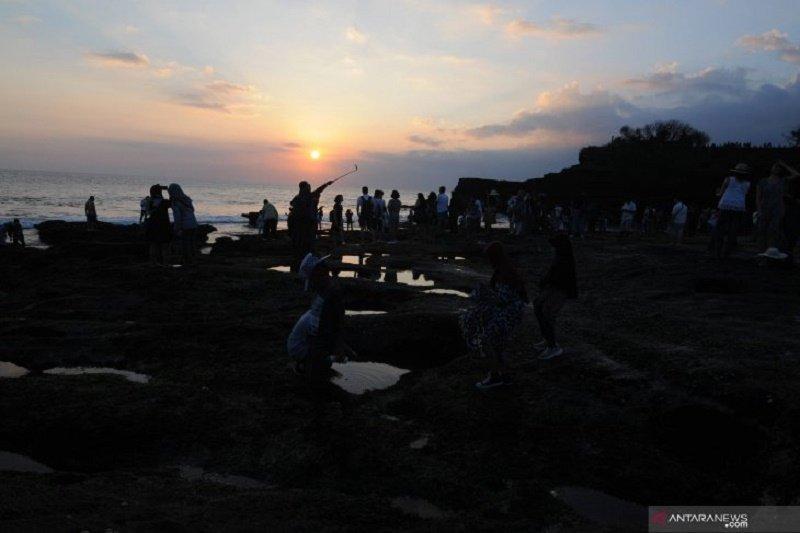 """Ada Isu """"Bali tak layak dikunjungi"""" tidak pengaruhi wisatawan ke Tanah Lot"""