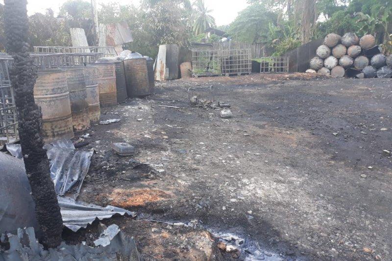 Ribuan liter minyak mentah dalam gudang terbakar
