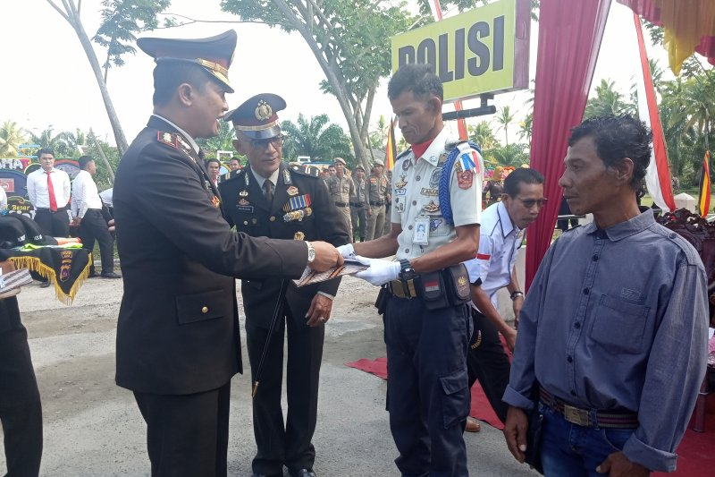 Dua warga Agam ini mendapat penghargaan dari Kepolisian