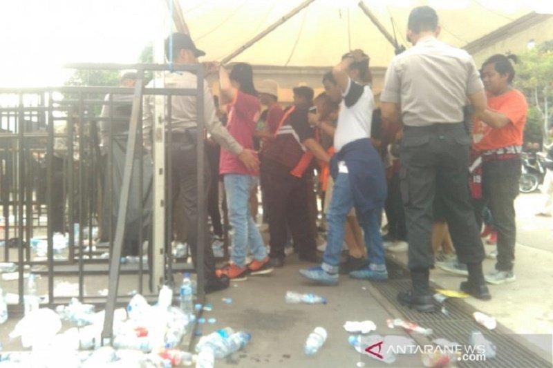 Petugas keamanan razia botol dan benda terlarang dari penonton di stadion Gelora Bung Karno