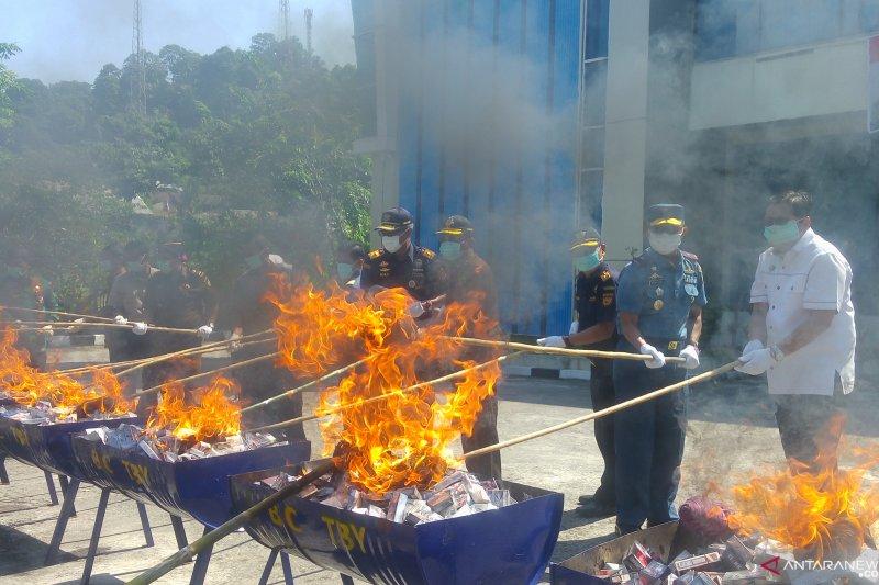 Alat bantu seks ikut dimusnahkan bersama 4,2 juta batang rokok ilegal di Padang (Video)