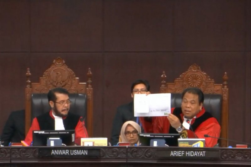 Hakim tegur pemohon karena bukti yang berantakan