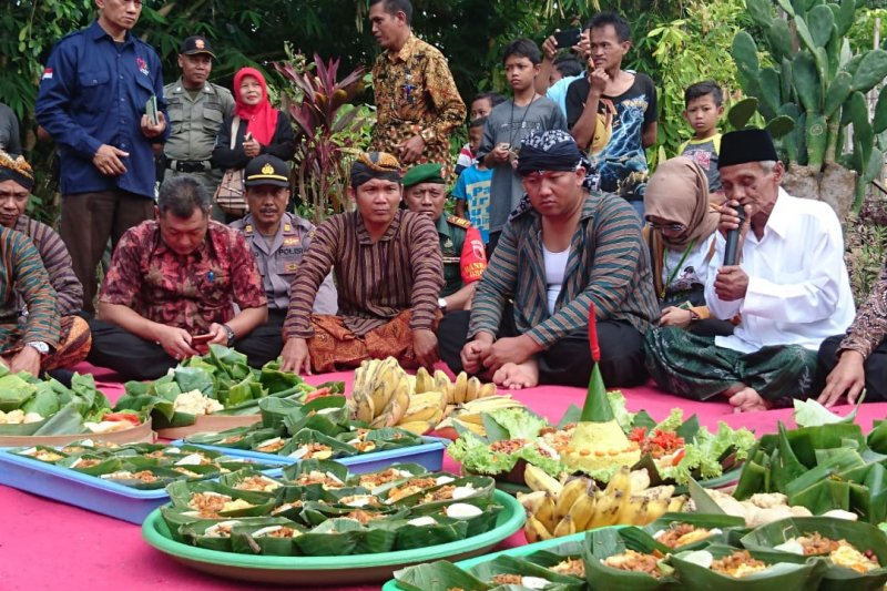 Ritual sedekah bumi Festival Panji Nusantara di Candi Mirigambar