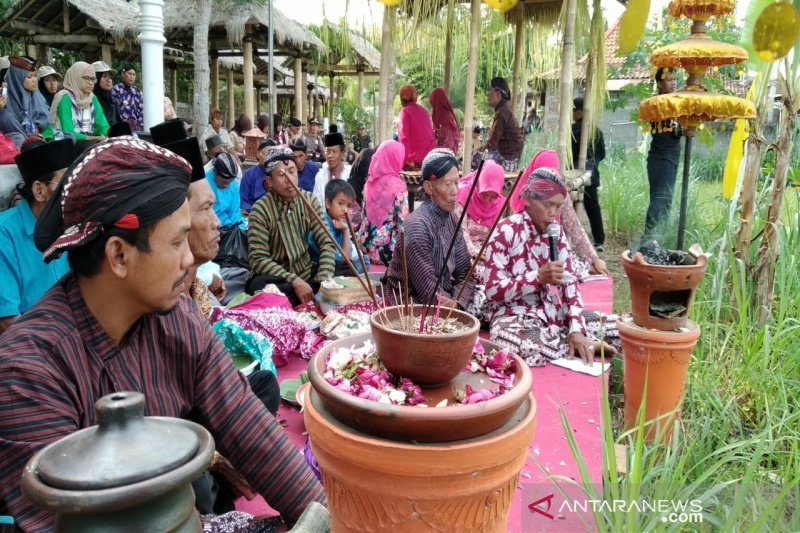 Peserta Kemah Pramuka Budaya mengikuti prosesi Baritan di Kulon Progo