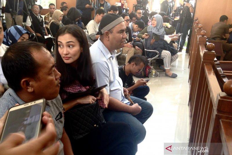 Atiqah Hasiholan berharap hakim memvonis bebas ibunya