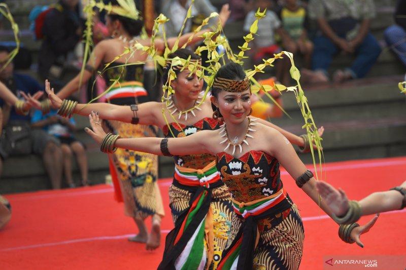 Pentas seniman Dayak di Pesta Kesenian Bali