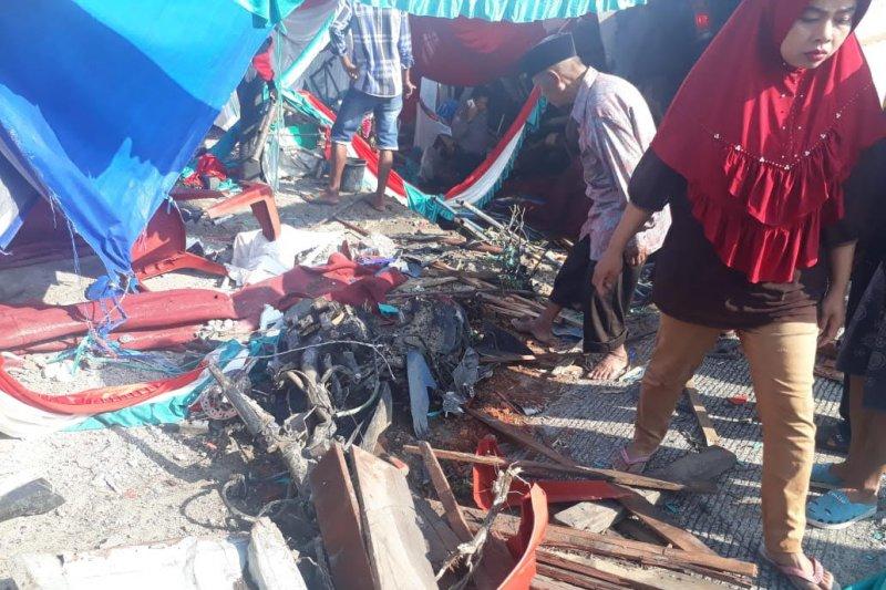 Truk bermuatan semen seruduk tenda pesta pernikahan di Talang Solok