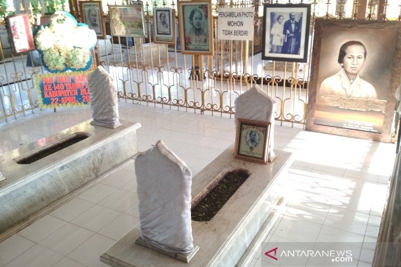 Orang dewasa dominasi ziarah ke Makam Kartini
