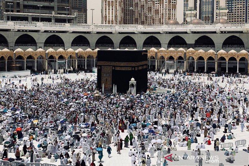 Jamaah shalat Jumat di bawah cuaca panas ekstrim Masjidil Haram