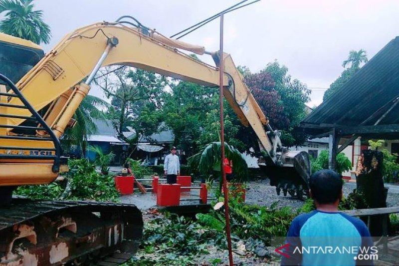 Selain banjir, pohon tumbang menimpa bengkel di Agam