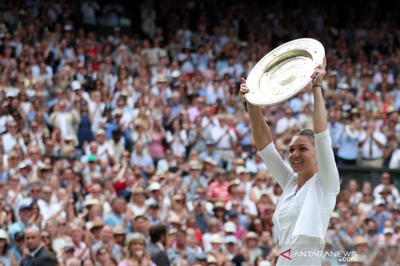 Halep pamerkan trofi Wimbledon di Stadion Bucharest