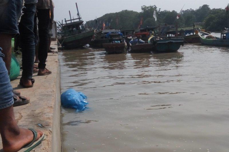 Warga ramai menyaksikan mayat yang ditemukan di laut Labuhan Maringgai Lampung Timur