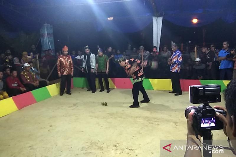 Dibuka Gubernur, Festival Gasing Siak diikuti tim Singapura