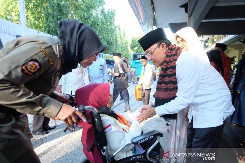 Tiga calon haji Mataram gunakan kursi roda