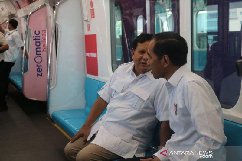 Prabowo Subianto mengucapkan selamat kepada Joko Widodo