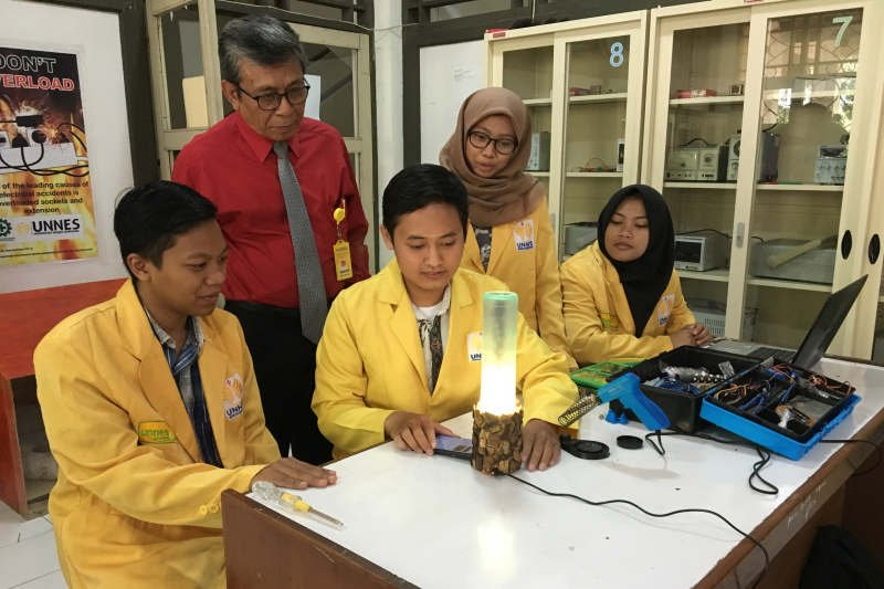 Lima mahasiswa Unnes ciptakan lampu dari limbah botol dan tempurung kelapa