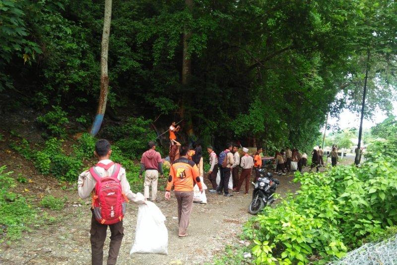 Papersit bersihkan jembatan Belanda di Parimo