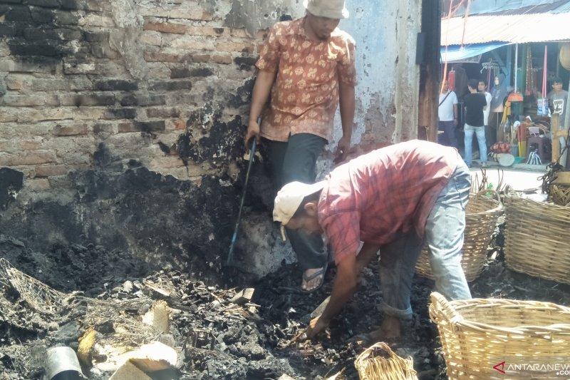 Pasca-kebakaran, pedagang Pasar Lubuk Alung mengais sisa barang