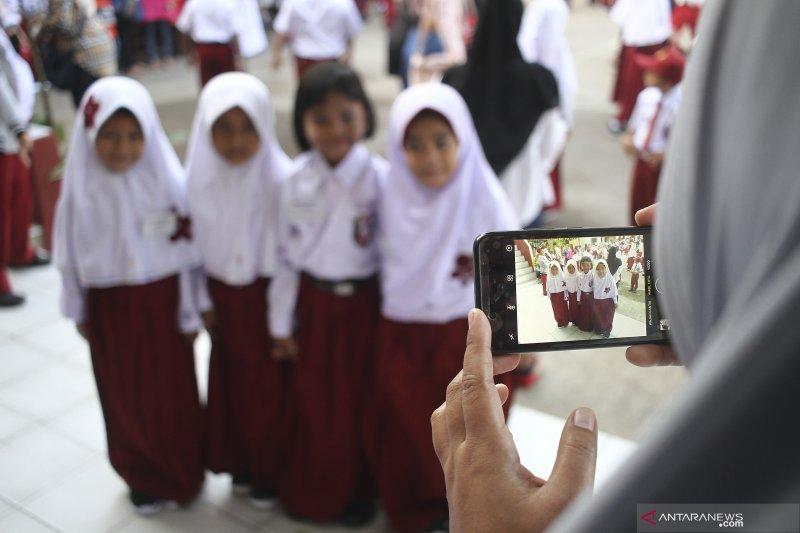 Kemarin, hari pertama masuk sekolah di DKI hingga soal uji emisi