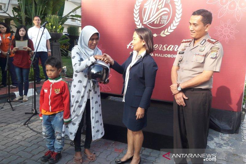 Grand Inna Malioboro-Polresta Yogyakarta membagikan 50 helm SNI gratis