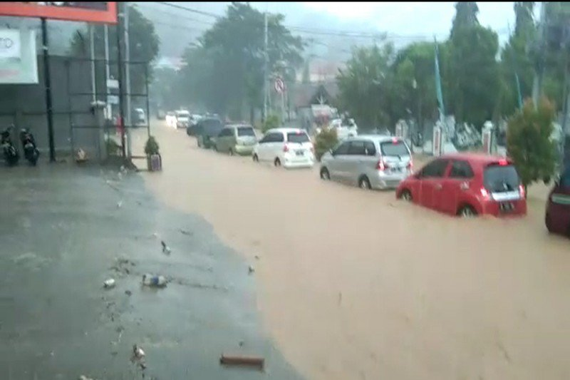 Sejumlah wilayah di Jayapura tergenang air akibat guyuran hujan deras
