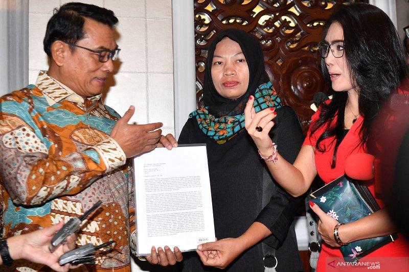 Baiq Nuril membacakan surat untuk Presiden Jokowi
