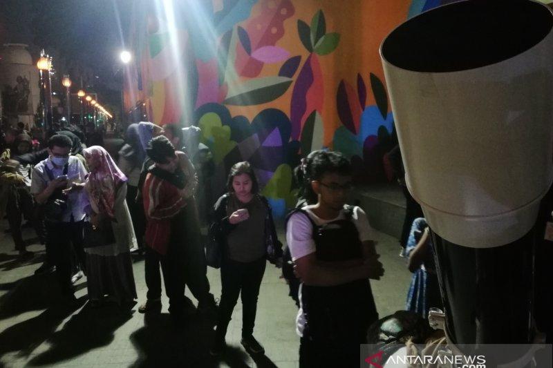 Masyarakat antre tonton gerhana bulan di Planetarium Jakarta