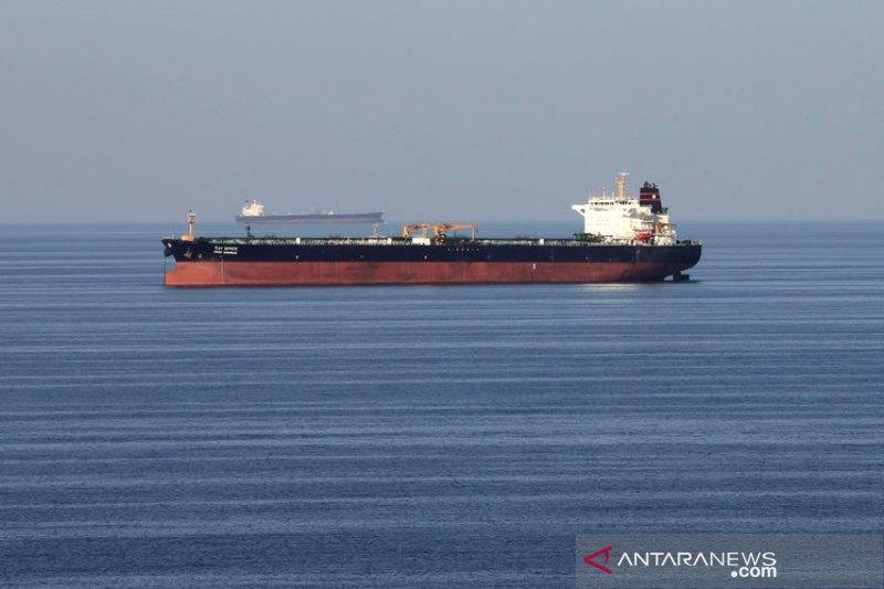 Kapal perang Inggris memberi pengawalan di Selat Hormuz