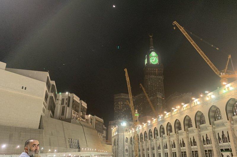 Shalat khusuf di Masjidil Haram ketika gerhana bulan di langit Mekkah