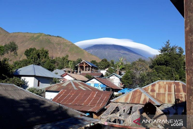Topi awan melingkari Gunung Rinjani