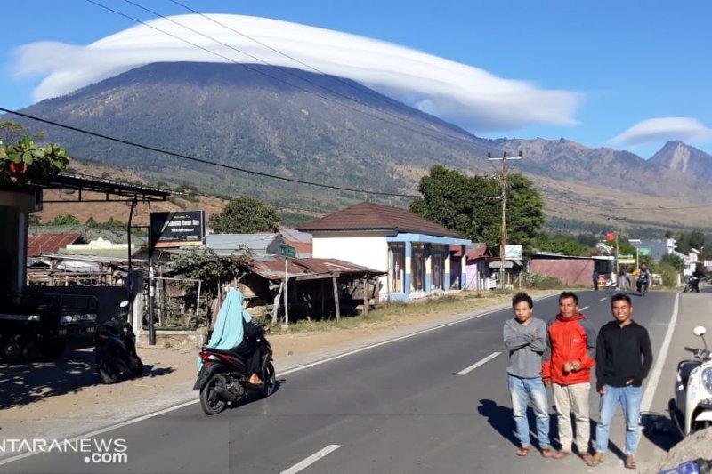 "Fenomena puncak Gunung Rinjani ""Bertopi"" tak ada kaitannya dengan gempa"