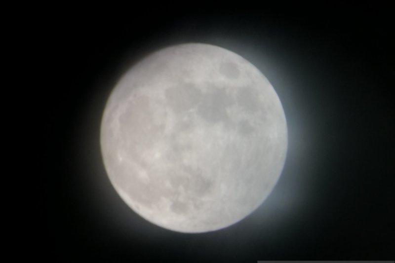 Menikmati gerhana bulan dari sudut Taman Ismail Marzuki