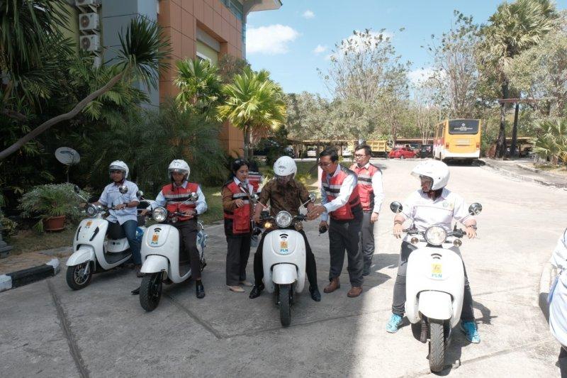 PLN perkenalkan motor listrik kepada Undana Kupang