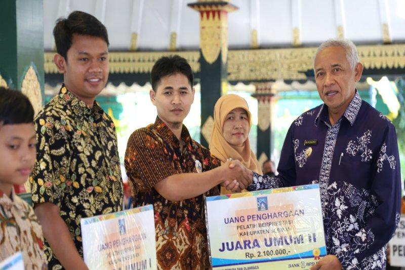 Pemkab Sleman memberi penghargaan atlet berprestasi di ajang POPDA