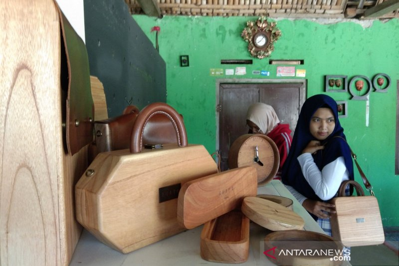 Kerajinan tas kayu industri rumahan Bantul dipasarkan sampai nasional