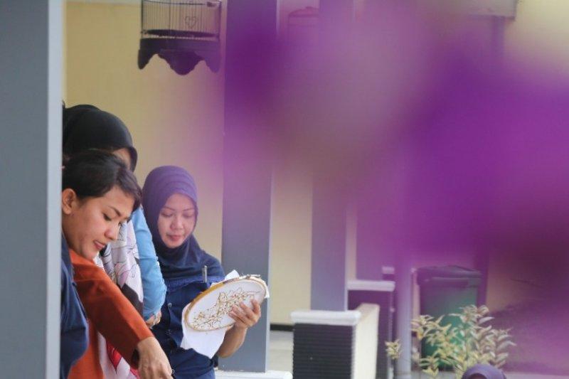 Mobil KaCa UMM sambangi Lapas Wanita Sukun ajarkan membatik