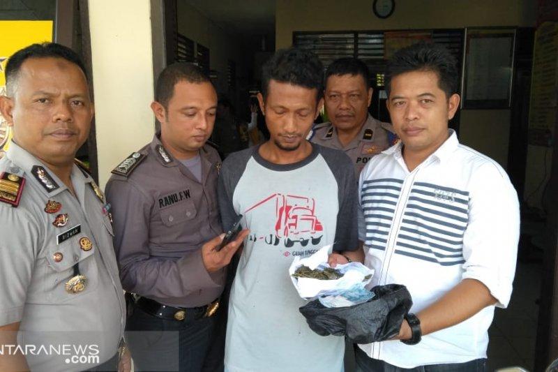 Puluhan tembakan peringatan cegat pelarian Riko Zamza