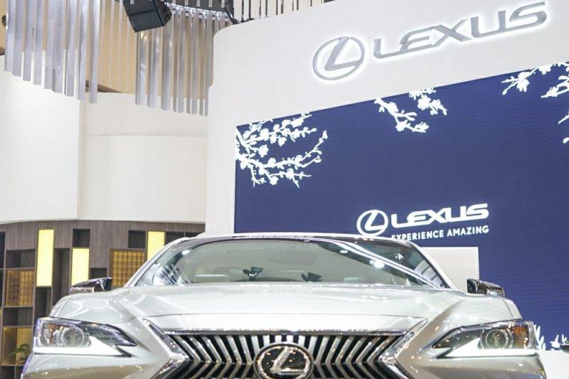 Lexus ES 250  dibandrol Rp1,14 miliar