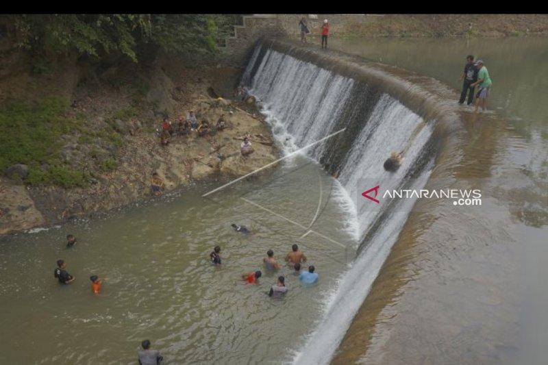 Warga Trenggalek lempar kepala kerbau ke dasar Sungai Bagong