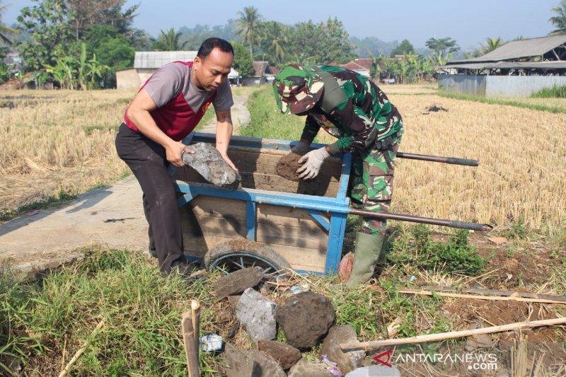 TNI dan Polri gotong royong membangun jalan di Sukabumi