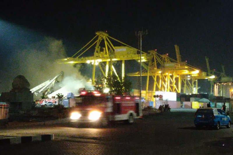 Bangkai kontainer tertimpa crane di Pelabuhan Tanjung Emas Semarang terbakar