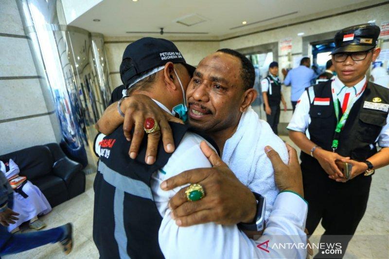 Haji - Dua sahabat karib bertemu di Tanah Suci setelah pisah 10 tahun