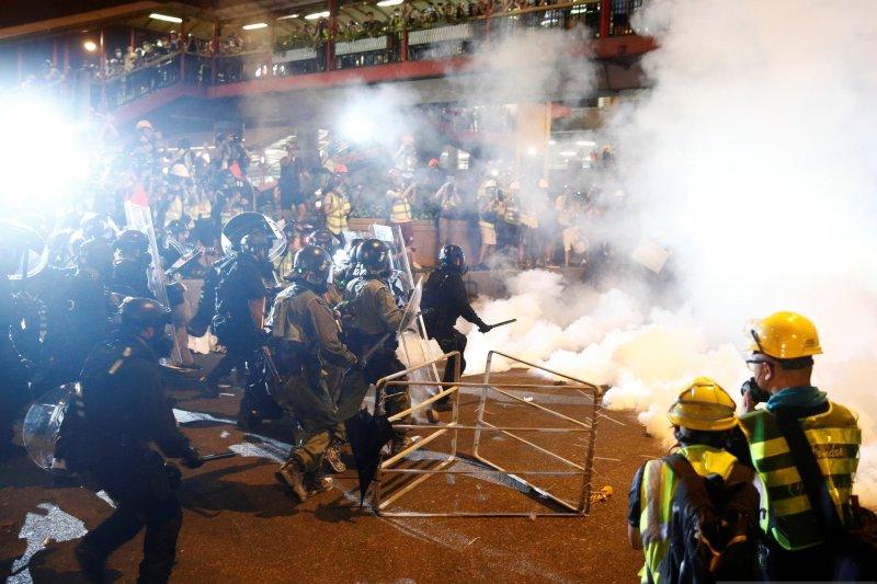 Polisi dengan pengunjuk rasa di Hong Kong bentrok