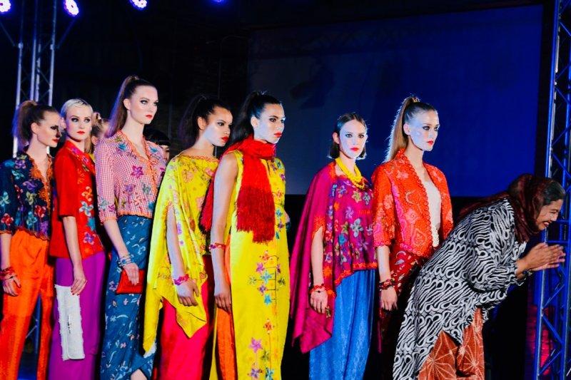 """Peragawati Jerman kenakan pakaiam tradisional peringati """"sister city"""" Jakarta Berlin"""