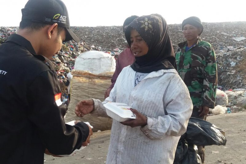 Warung Abu Nawas distribusikan 3.000 paket nasi gratis di Aceh