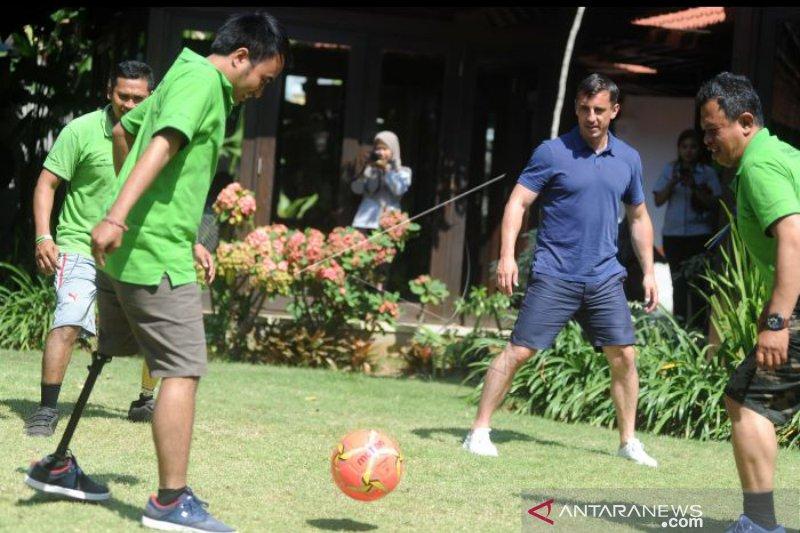 Mantan bintang MU Gary Neville berkunjungi ke Bali